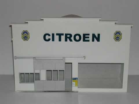 Fa ade garage avec hall d 39 exposition citroen for Garage citroen crepy en valois